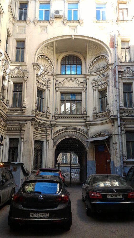 В этом необычном здании теперь работает один из московских банков. Саввинское подворье