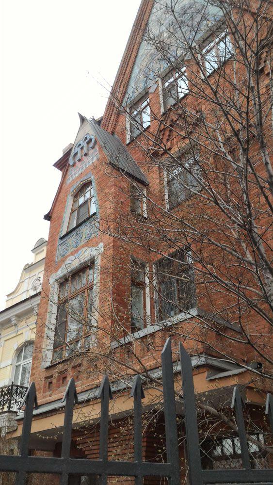 В этом здании тусит Мид и его гости. Дом приемов. Чтобы попасть внутрь дипломатического паспорта недостаточно.