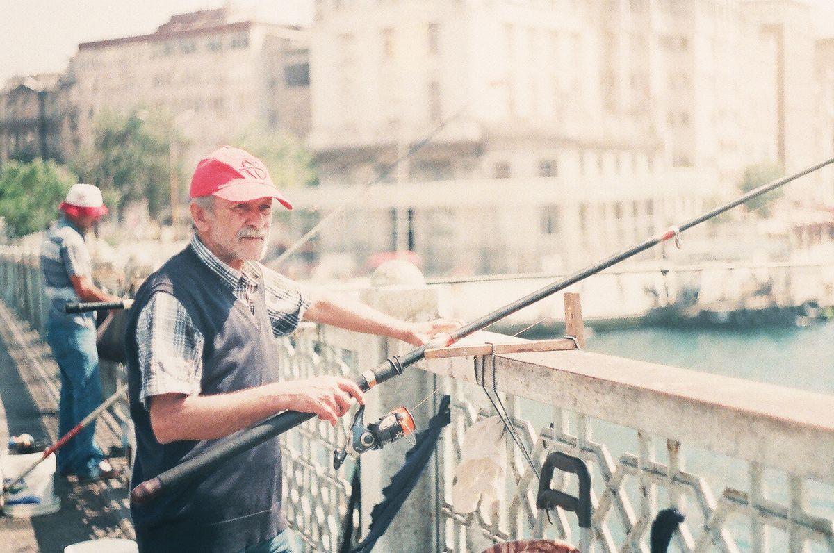 Рыбаки на Галатском мосту в Стамбуле
