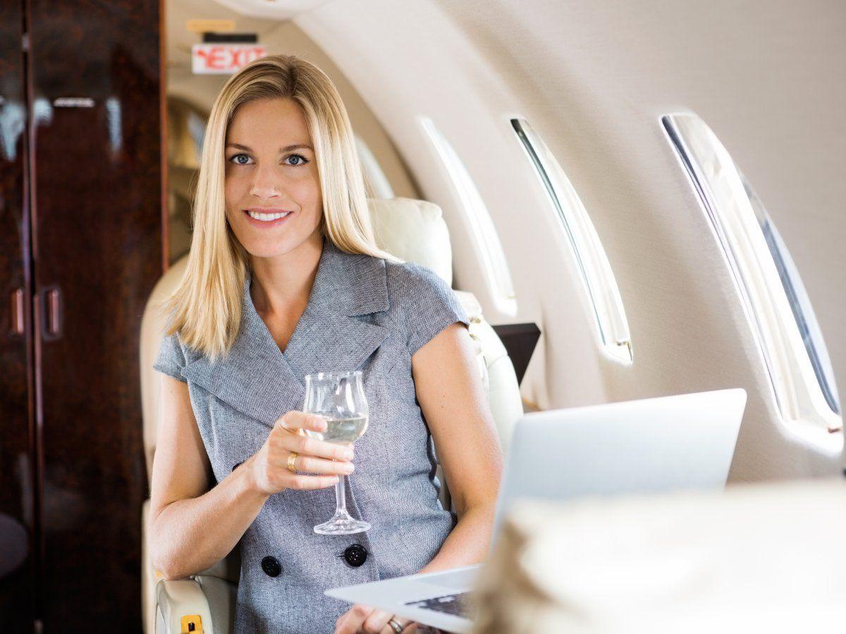 Алкоголь в ручной клади: сколько можно проверсти и пить в самолете