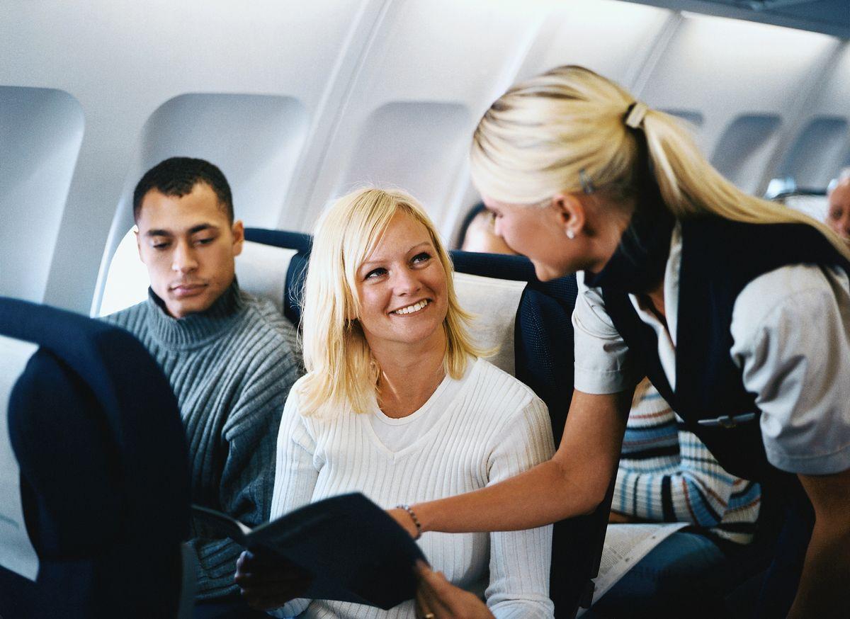 Почему бортпроводники будят пассажиров перед посадкой самолета и почему нельзя спать на взлете