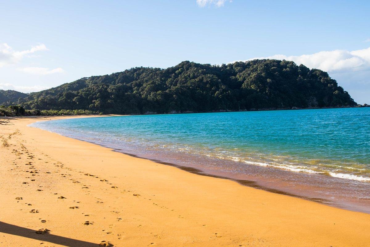 Все цвета радуги: топ-9 пляжей необычных цветов