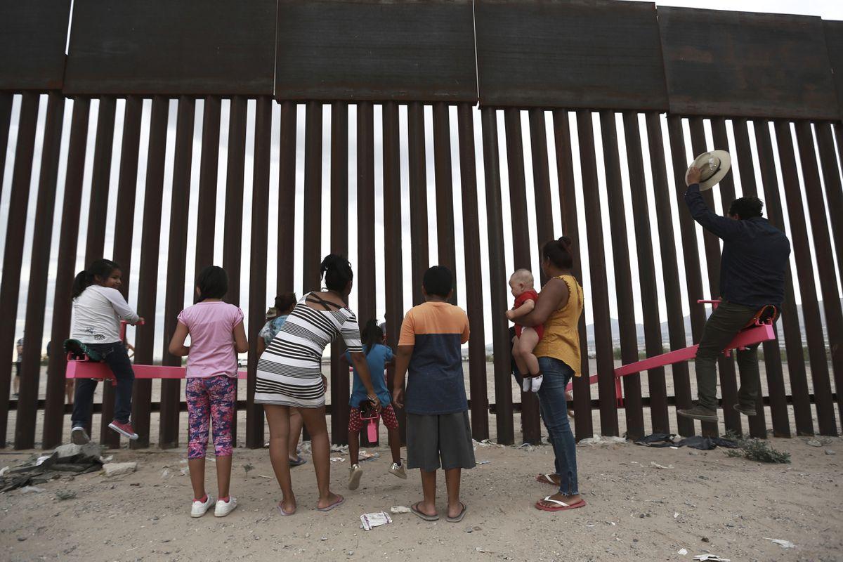 США установили розовый «аттракцион» на границе с Мексикой