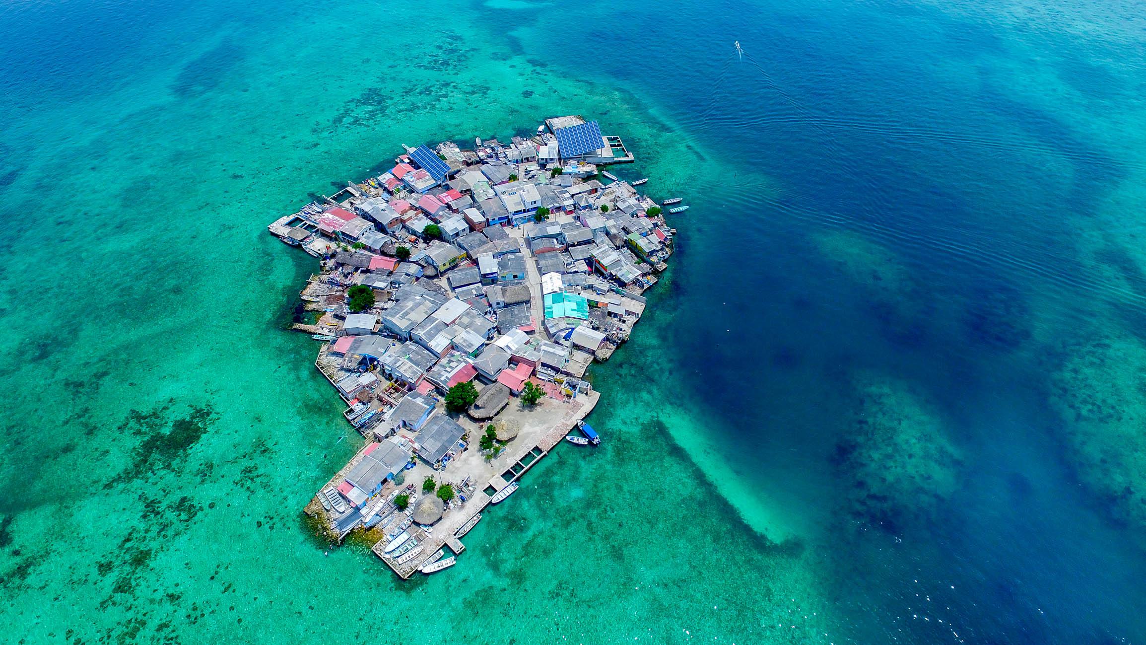 Где расположился самый густонаселенный остров на планете Земля?