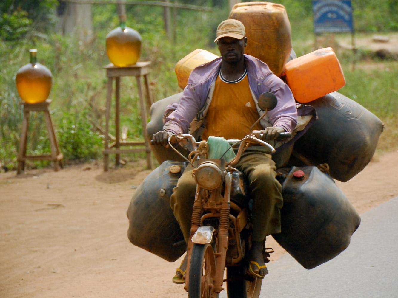 Африканский нелегальный рынок топлива в Того и Бенине