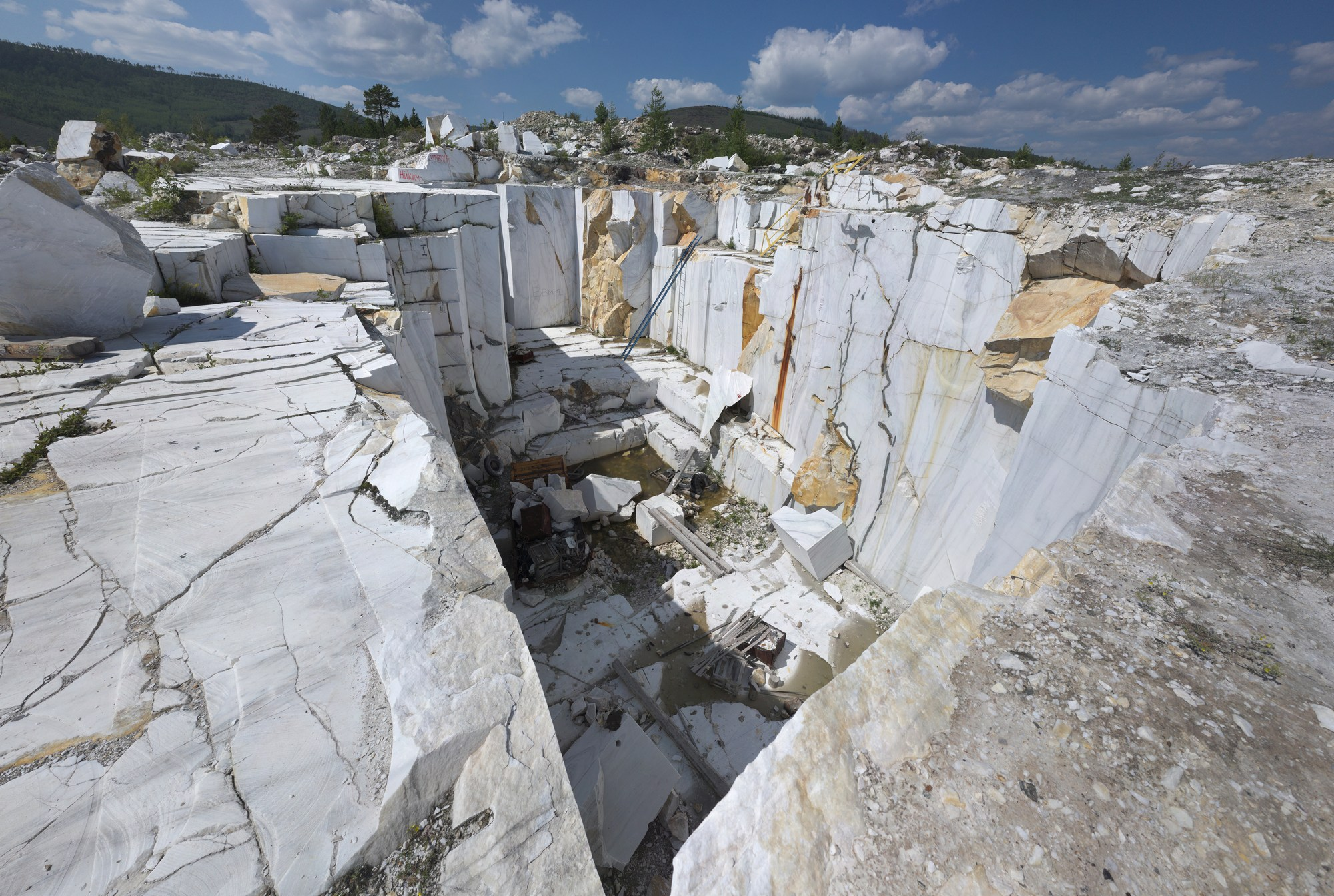 Чем мраморный карьер притягивает сотни туристов ежегодно