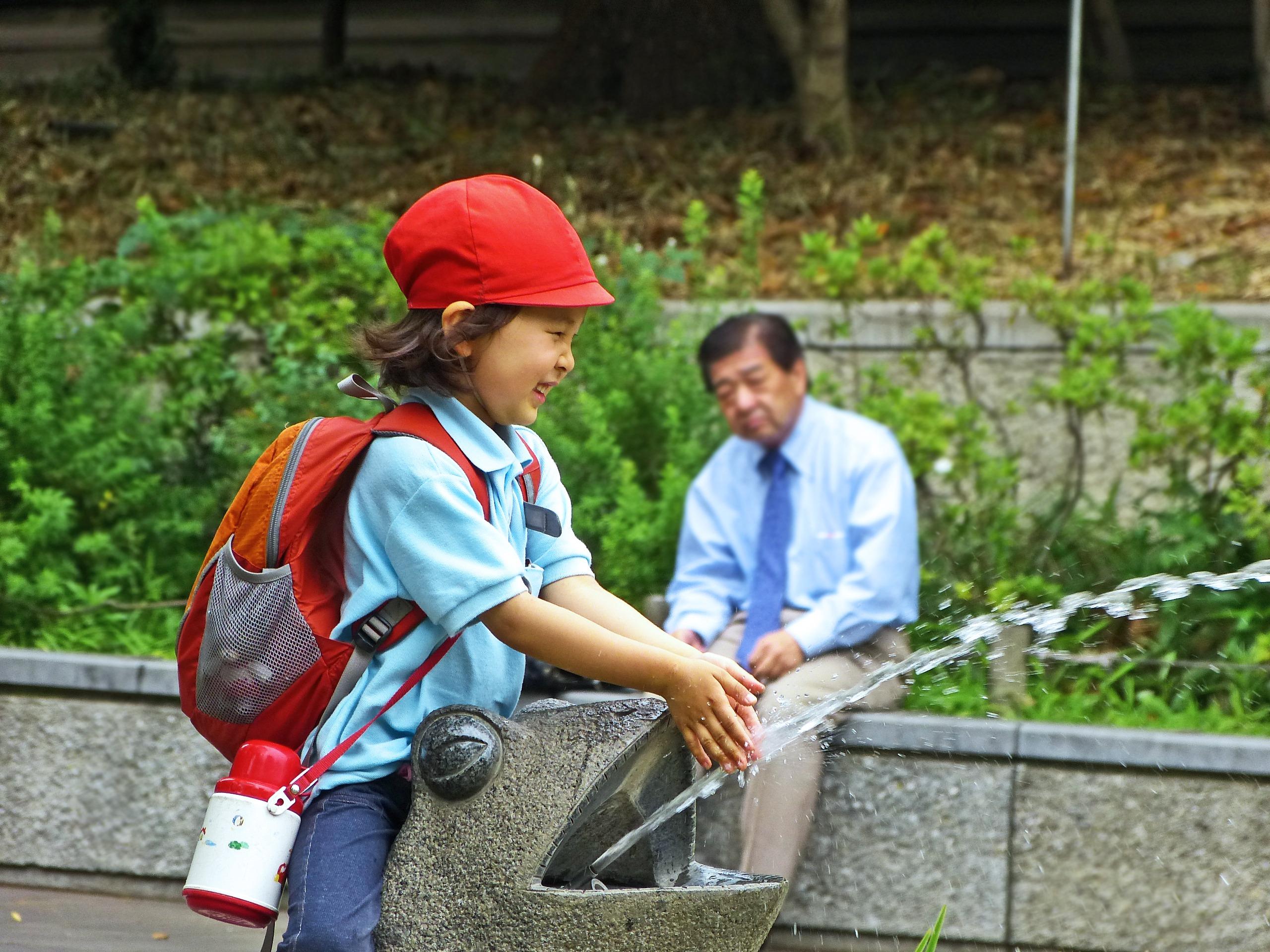 Необычный японский парк, где дети могут играть с ножами и жечь костры