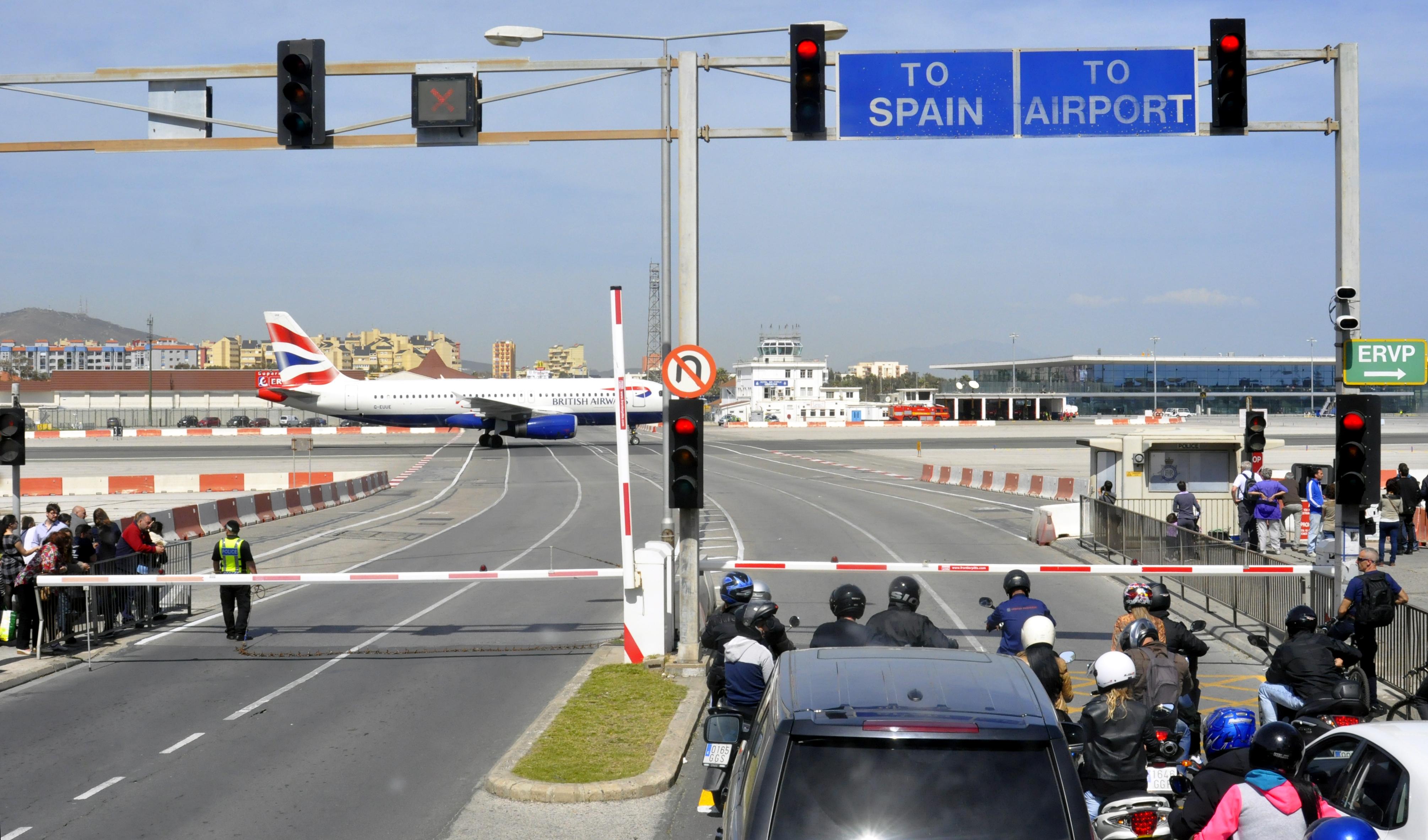 Чем так примечателен аэропорт Гибралтара, и откуда там взялась проезжая часть?